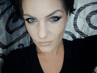 BelleRossy模特的性感個人頭像,邀請您觀看熱辣勁爆的實時攝像表演!