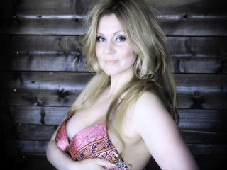 HotTitsSquirtPussy - 在XloveCam?欣赏性爱视频和热辣性感表演
