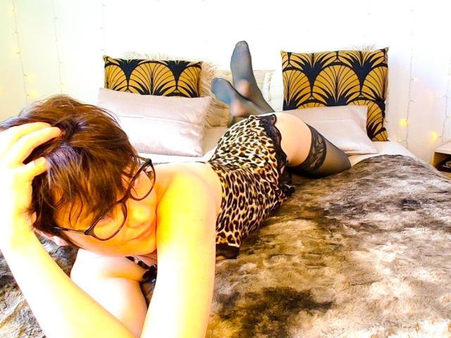 Foto de perfil sexy de la modelo DouceFrench, ¡disfruta de un show webcam muy caliente!