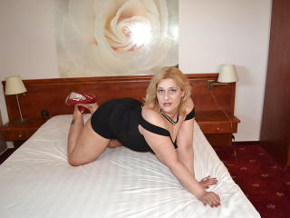 SexyyMilf submissive sex on cam