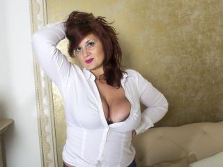 AliciaXHotty - Show live porno avec une MILF (Mother I'd Like to Fuck) avec des gros seins