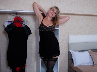LadyMariahX - Web cam hot with a standard build Lady over 35