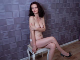 BrendaBelleForYou - Chat live x with this shaved pubis Lady over 35