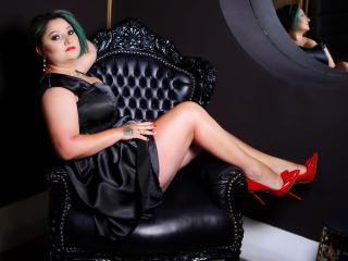 Poza sexy de profil a modelului MellMellie, pentru un intens show webcam live !